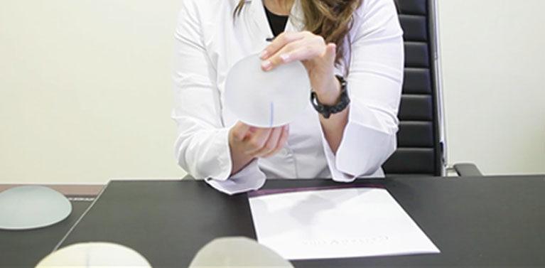 Nuevos implantes anatómicos con anclaje motiva